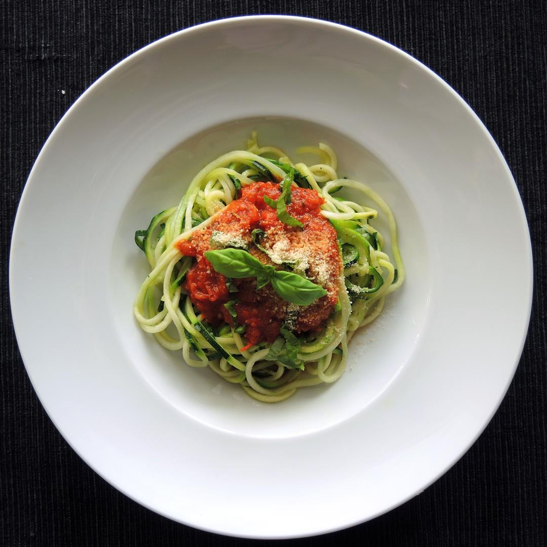 zucchini spaghetti mit frischer tomatenso e vegan chilirosen. Black Bedroom Furniture Sets. Home Design Ideas