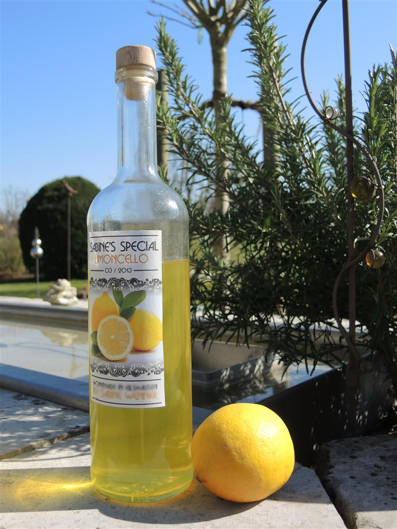 limoncello italienischer zitronenlikör chilirosen