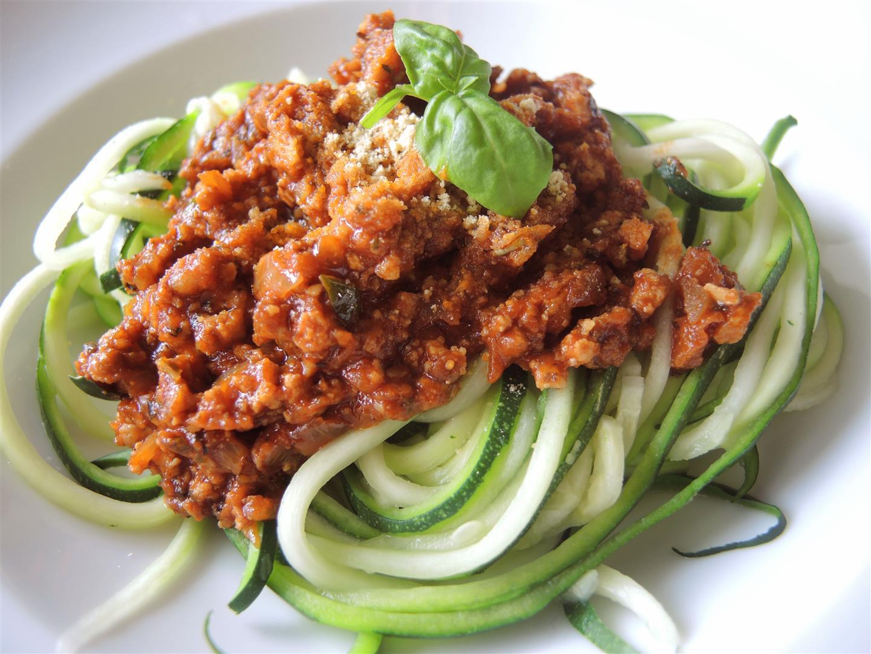 Zucchini-Spaghetti mit Tofu Bolognese und Mandel-Pesto