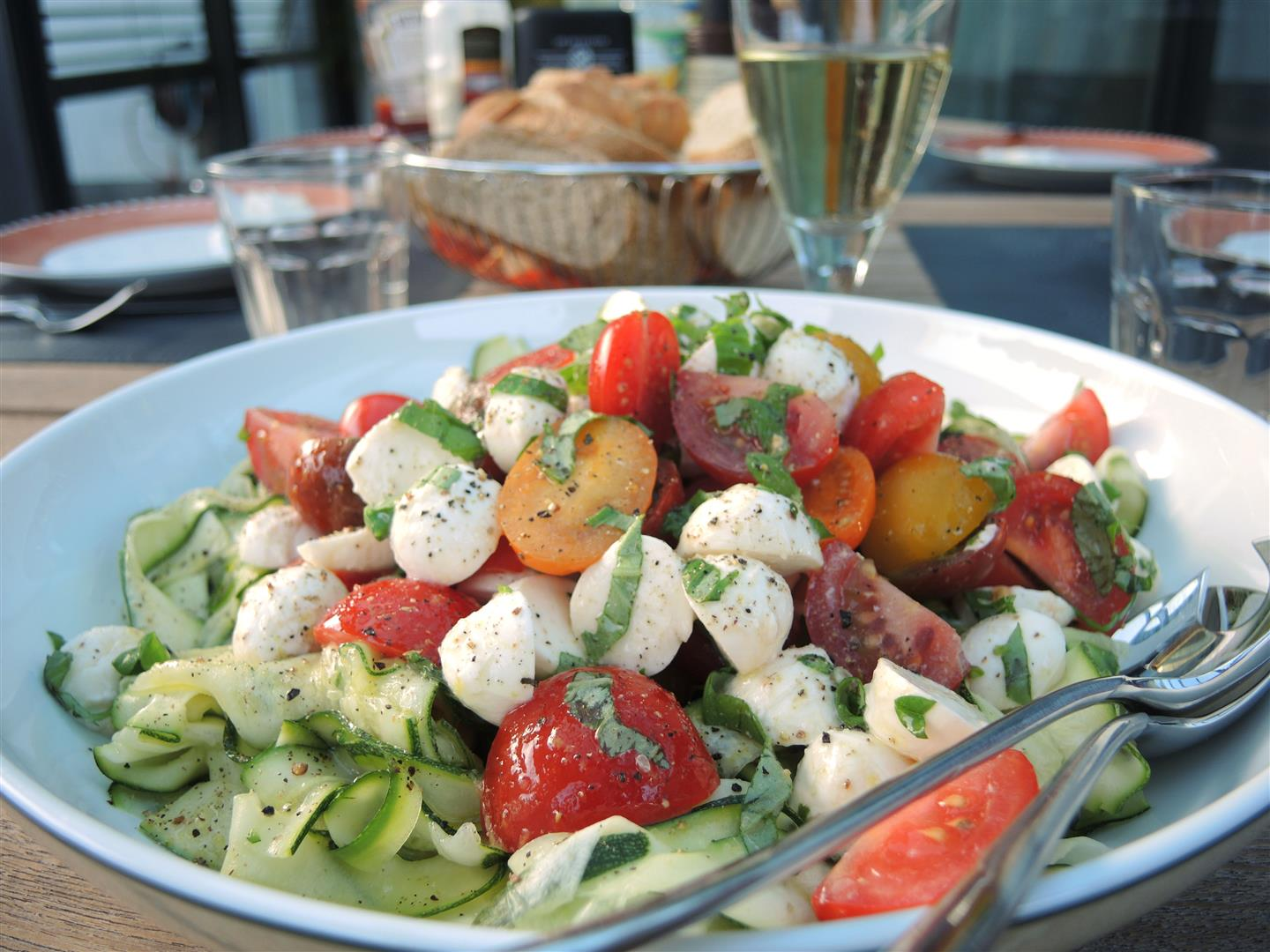 zucchini tomaten salat mit mozzarella chilirosen. Black Bedroom Furniture Sets. Home Design Ideas