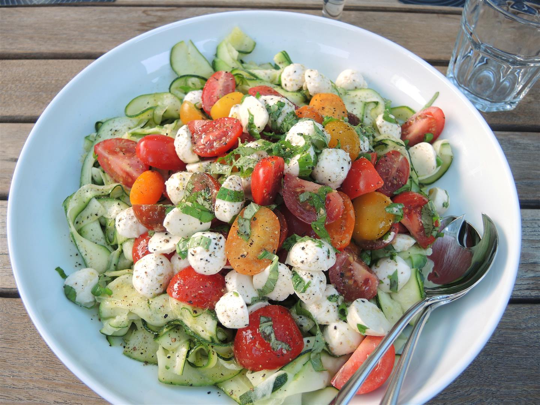 zucchini tomaten salat mit mozzarella chilirosen. Black Bedroom Furniture Sets. Home Design Ideas
